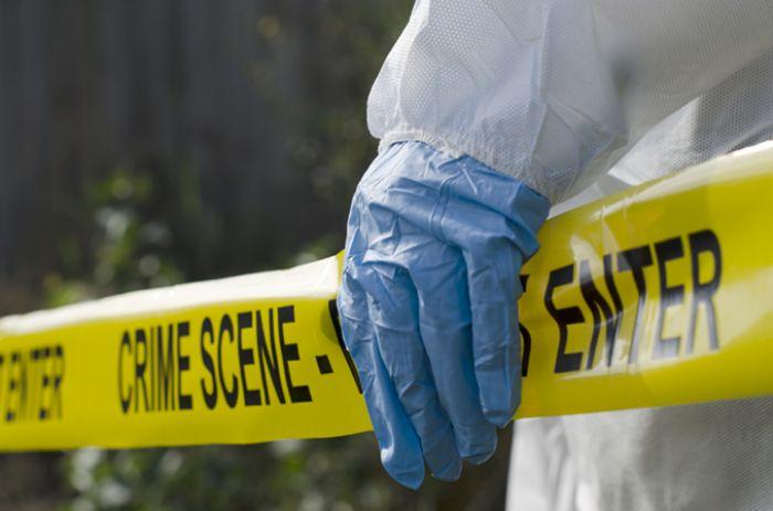 Ventenne ucciso in casa Il corpo in una valigia