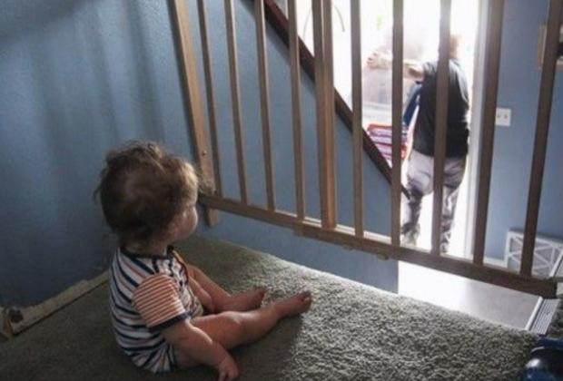 Bambini di 2 e 4 anni lasciati soli in casa il pi grande for Finestra scorrevole 4 metri